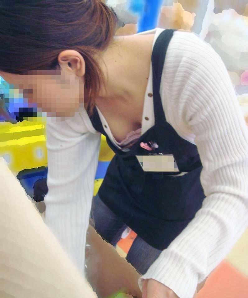 店員たちが胸チラしてる街撮り画像 (14)