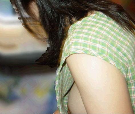 乳首までチラチラ見えてる素人さんを街撮り (13)