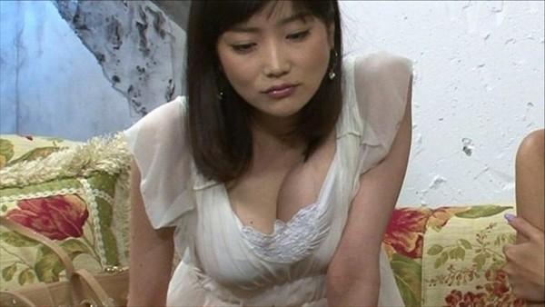 女子アナや芸能人が胸チラした瞬間 (9)
