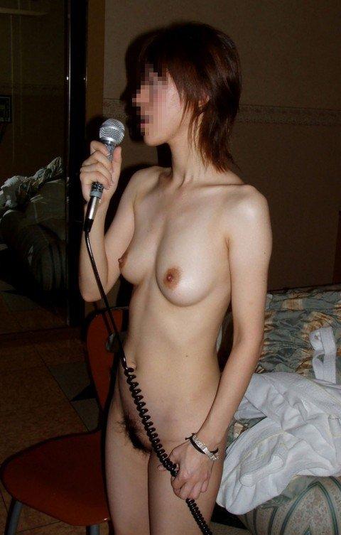 カラオケボックスで素っ裸になっちゃう変態さん (6)
