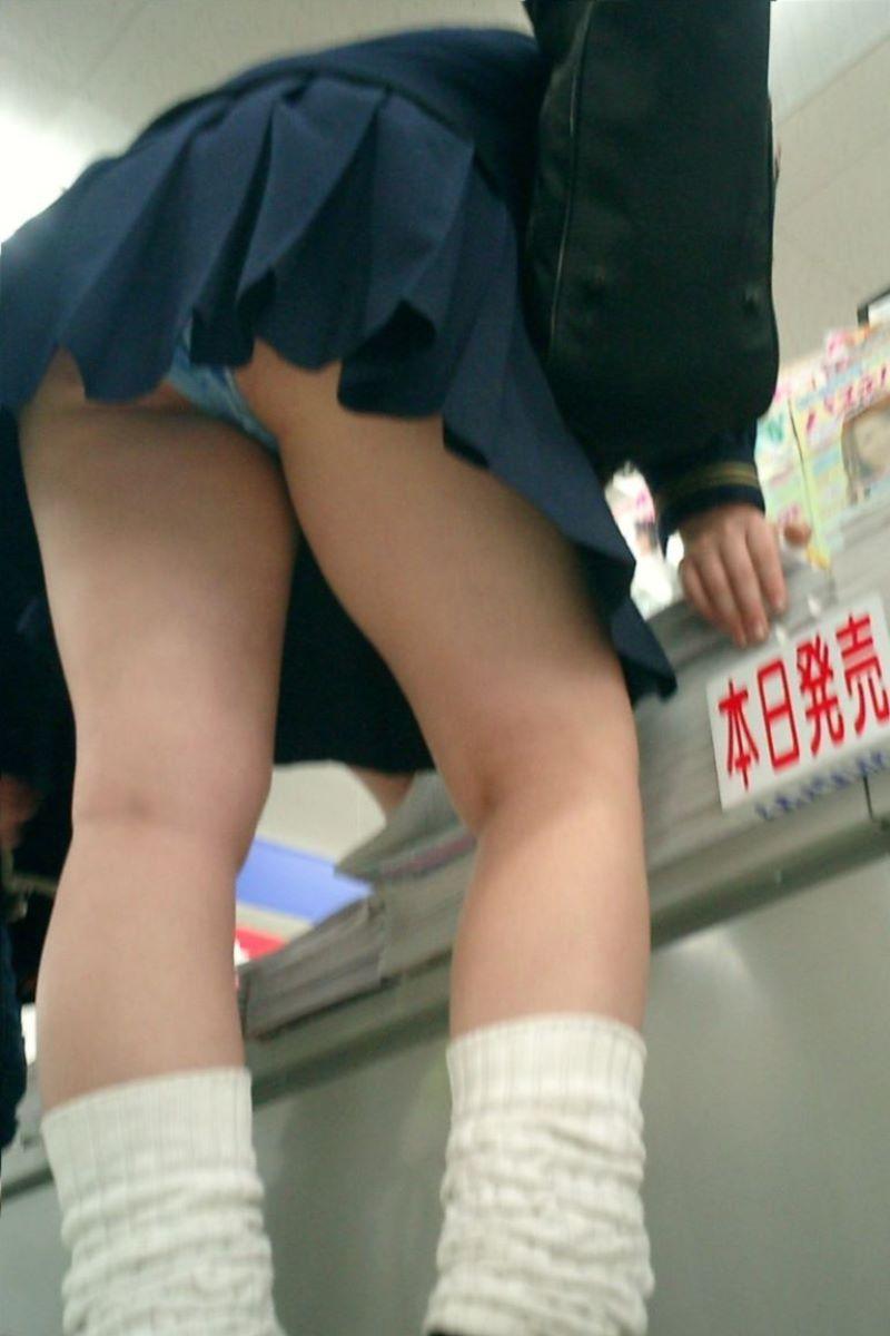 ミニスカートを見上げるとパンツも見えた (9)