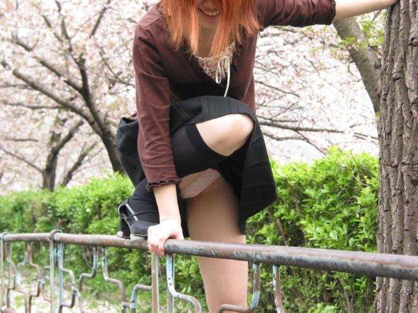 ミニスカートを見上げるとパンツも見えた (19)