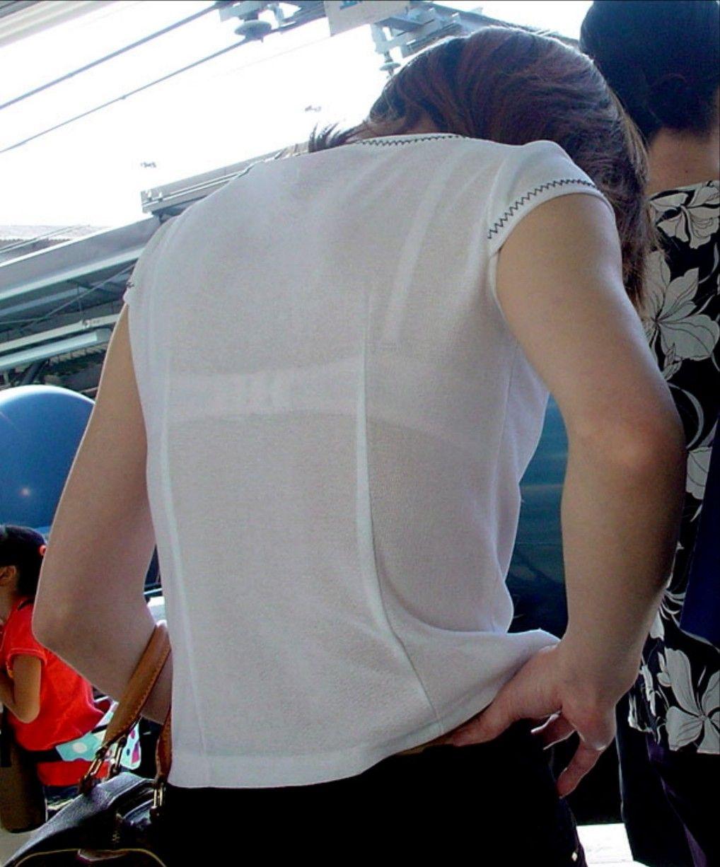 背中からブラジャーが透けてる素人さん (11)