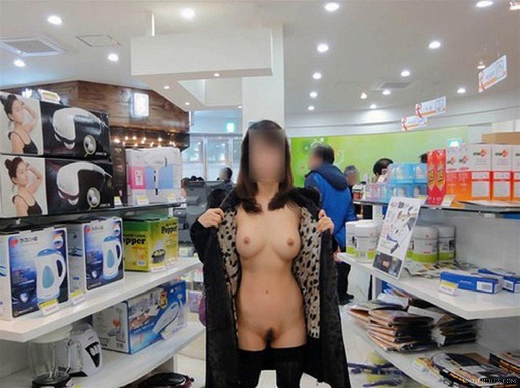 お店の中で野外露出を楽しむ素人さん (16)