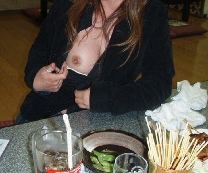 お店の中で野外露出を楽しむ素人さん (10)