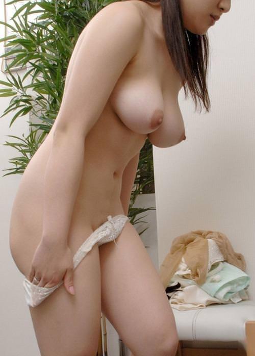脱衣中の女性が無防備でエロい画像 (4)