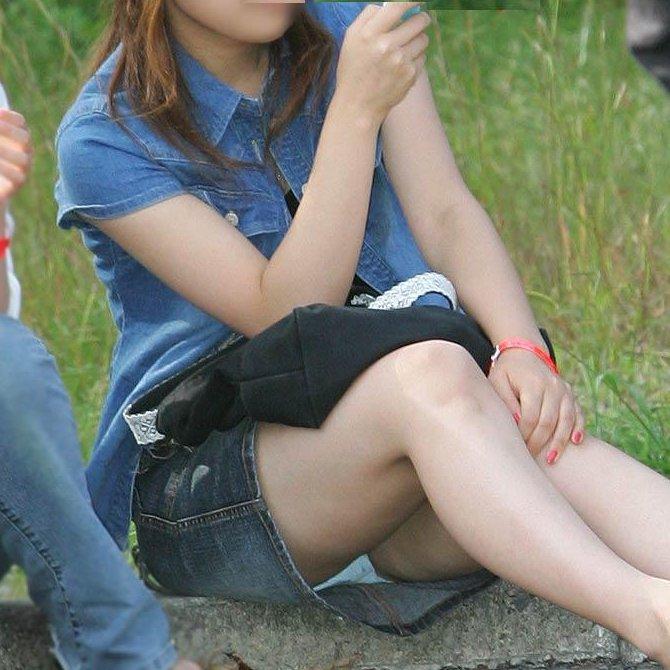 素人さんのスカートからパンチラ画像 (1)