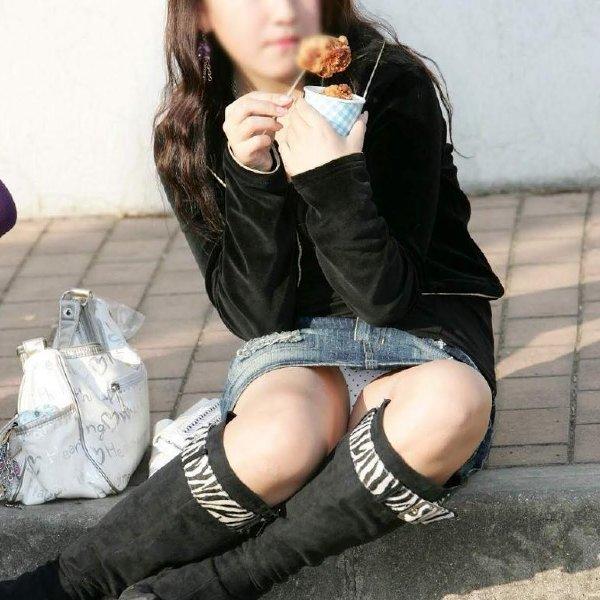 【パンチラ】短いスカートで座ったらパンツが見えちゃった素人娘たちを街撮り