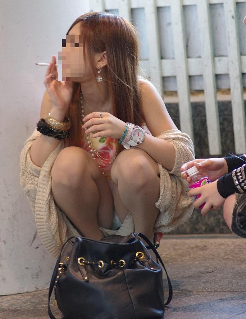 ミニスカートからパンチラしまくる素人さん (16)