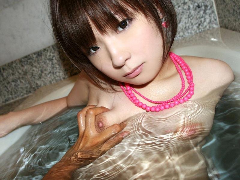 入浴中にオッパイを揉まれちゃう女の子 (10)