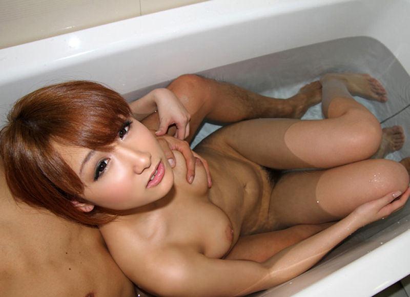 入浴中にオッパイを揉まれちゃう女の子 (18)