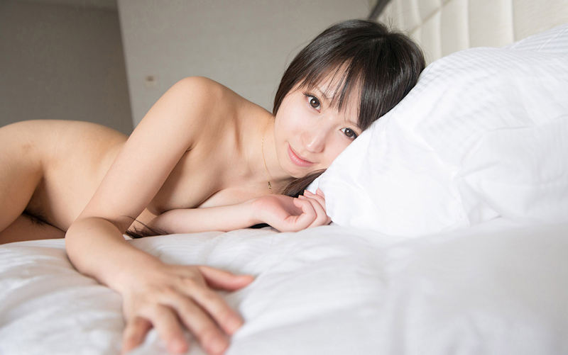 白いシーツの上に佇む美女のヌード姿 (14)