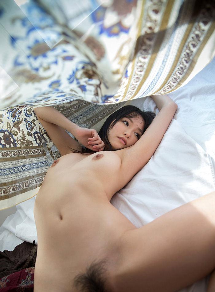 白いシーツの上に佇む美女のヌード姿 (19)