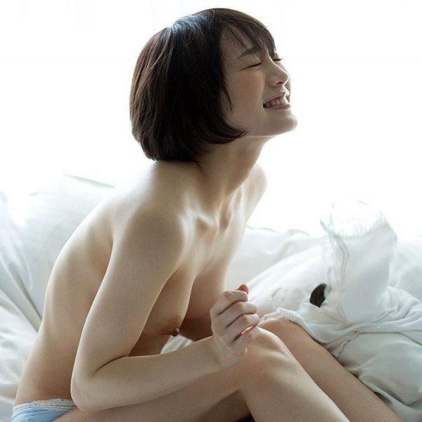 白いシーツの上に佇む美女のヌード姿 (1)