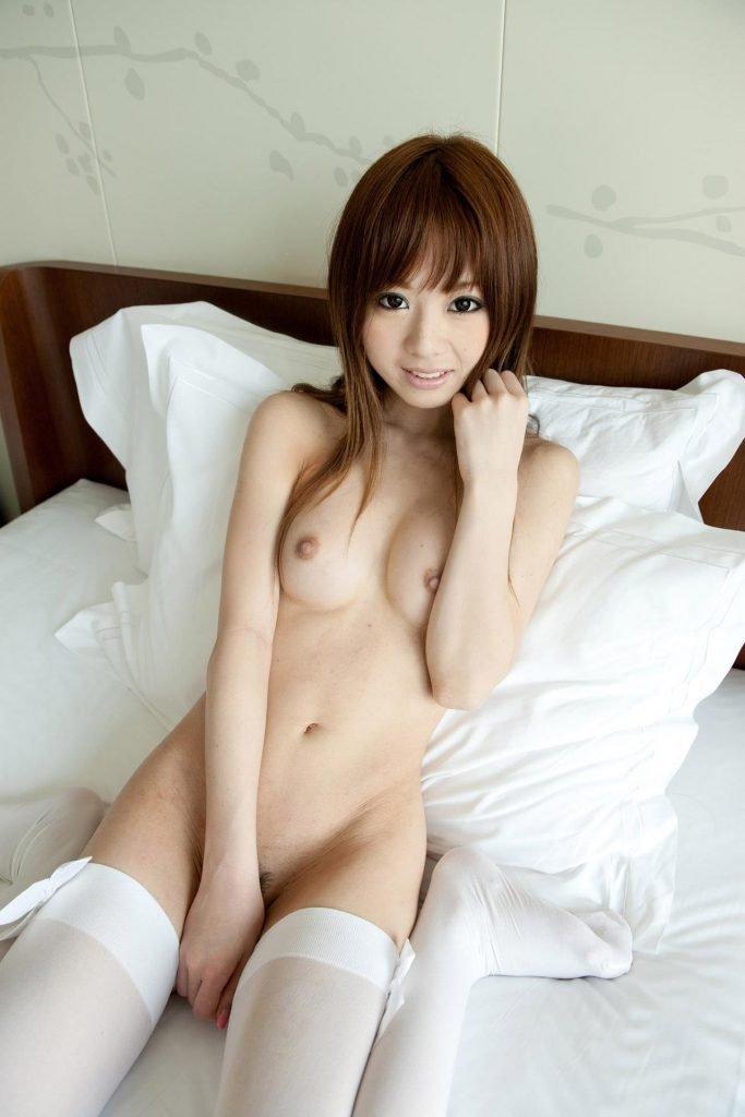 白いシーツの上に佇む美女のヌード姿 (11)