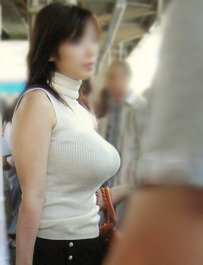 服を着ていても巨乳だとわかる大きなオッパイ (10)