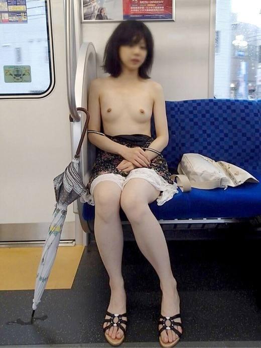 電車内で素っ裸になる素人さん (9)