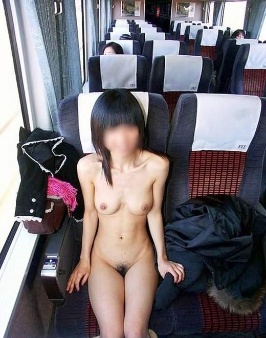 電車内で素っ裸になる素人さん (2)
