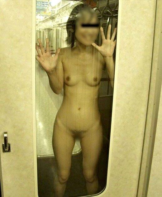 電車内で素っ裸になる素人さん (3)