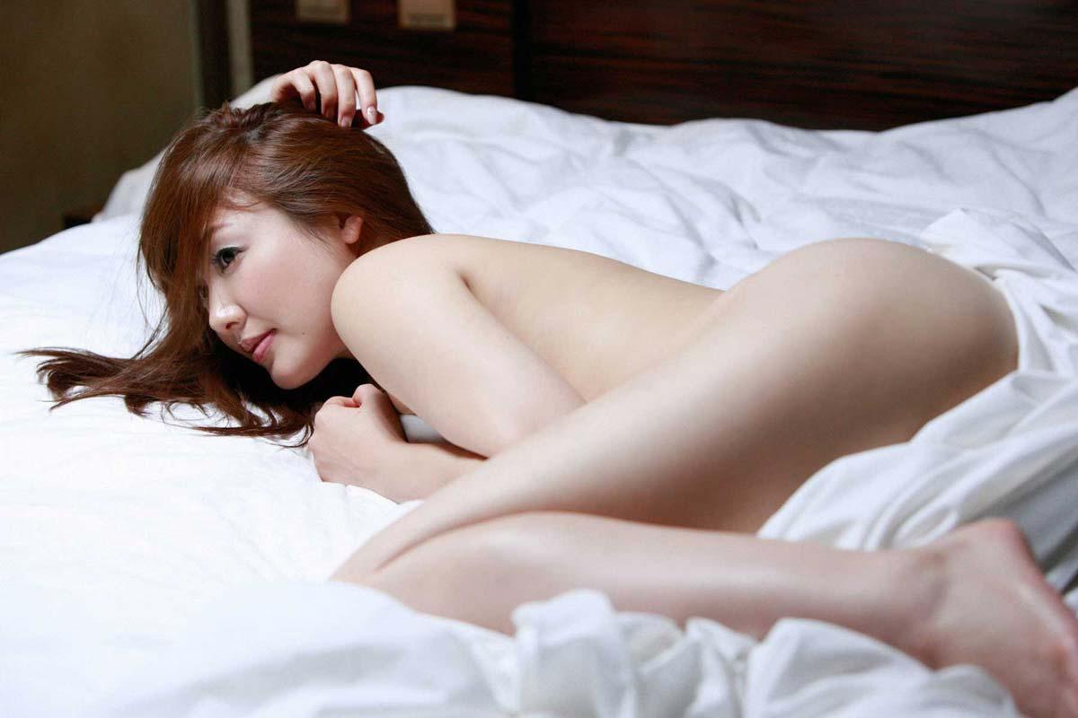 綺麗な芸能人がベッドにシーツ1枚の姿 (11)