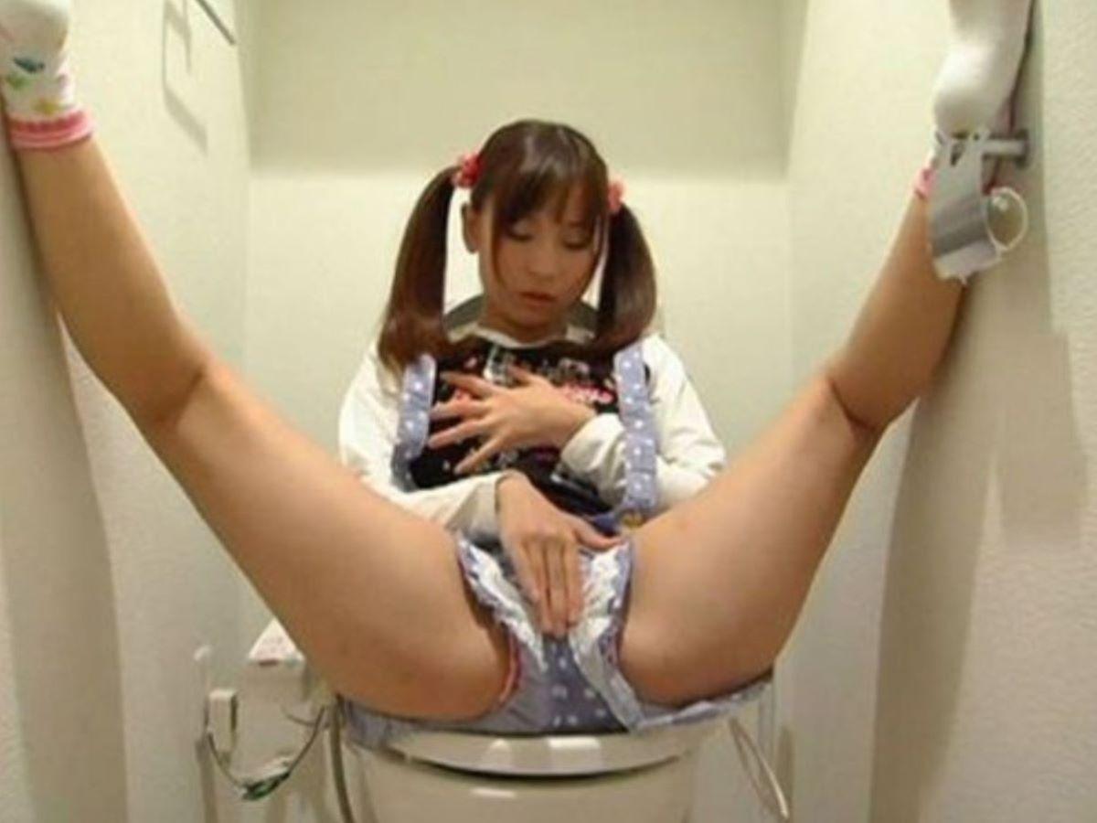 トイレでオナニーを始めちゃった素人さん (20)
