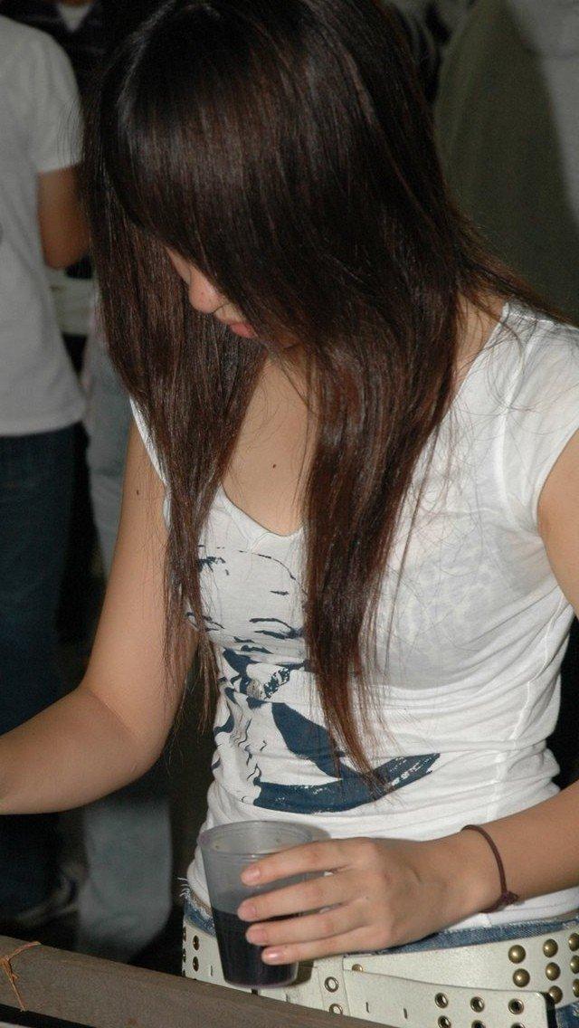 前から見ても透けブラしてる素人さん (15)