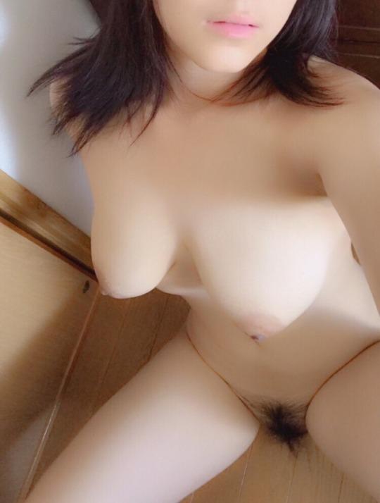 全裸で自撮りをして公開する素人さん (4)