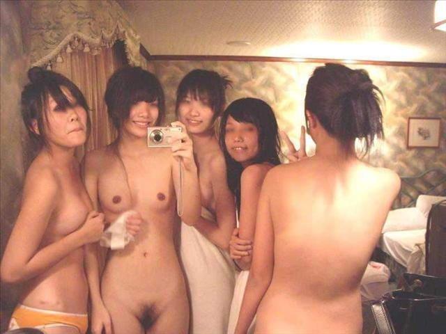 おふざけで女友達同士で裸になっちゃった (2)