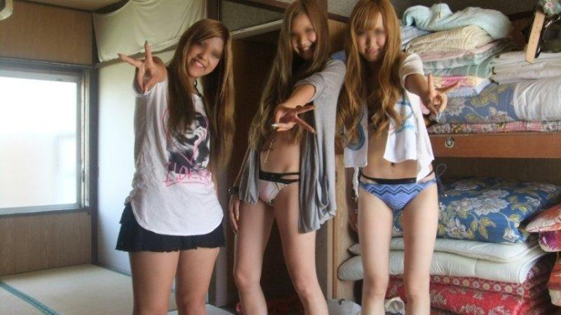 おふざけで女友達同士で裸になっちゃった (6)
