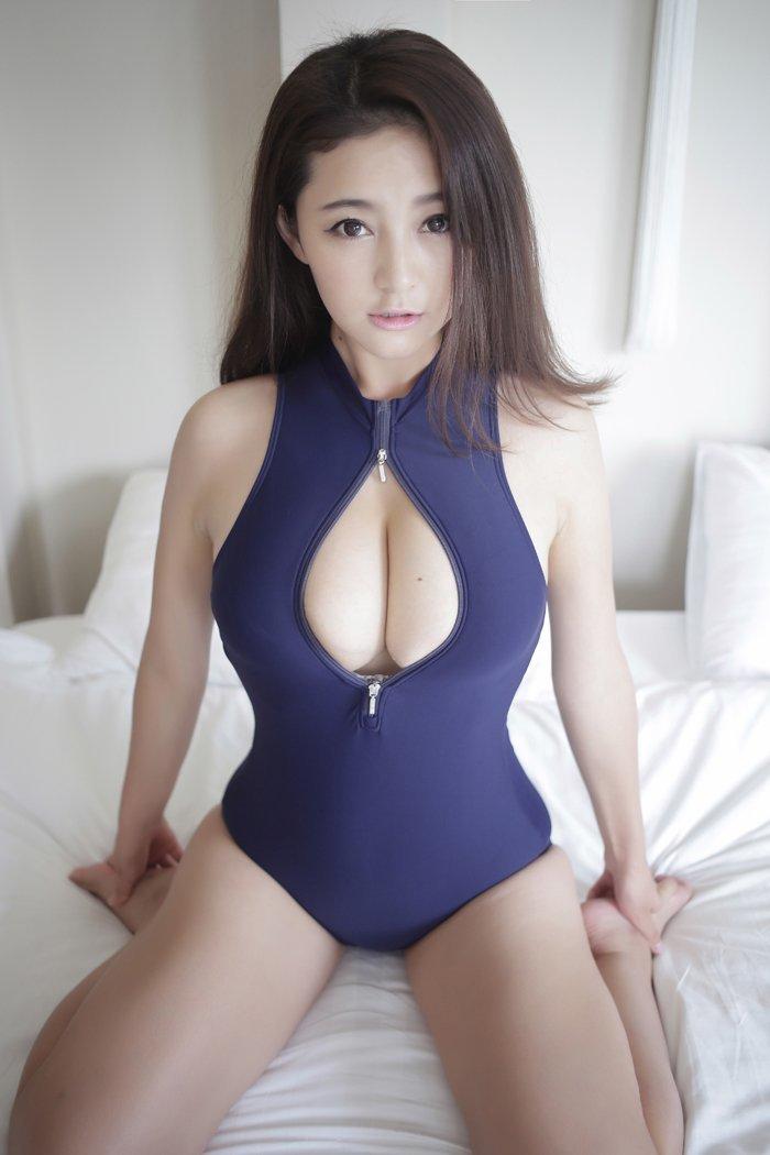 露出狂が着る競泳水着姿のグラビアアイドル (7)