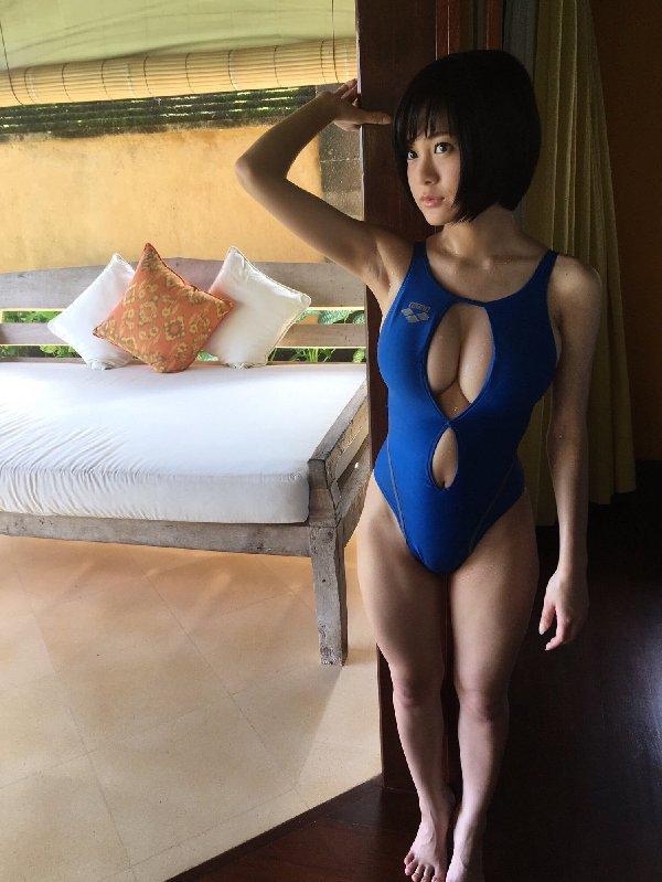 露出狂が着る競泳水着姿のグラビアアイドル (15)