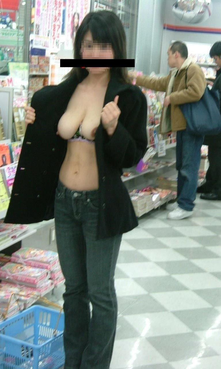 コンビニで全裸になっちゃう変態さん (6)