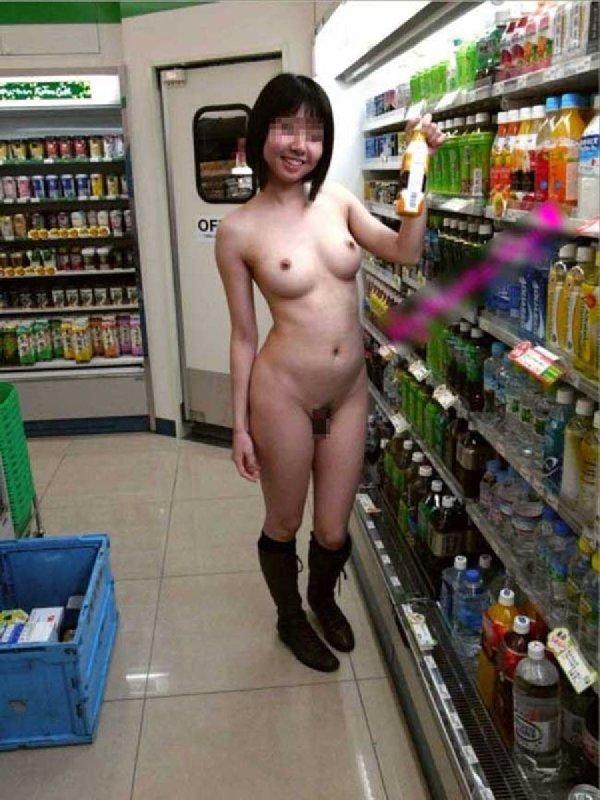 コンビニで全裸になっちゃう変態さん (18)