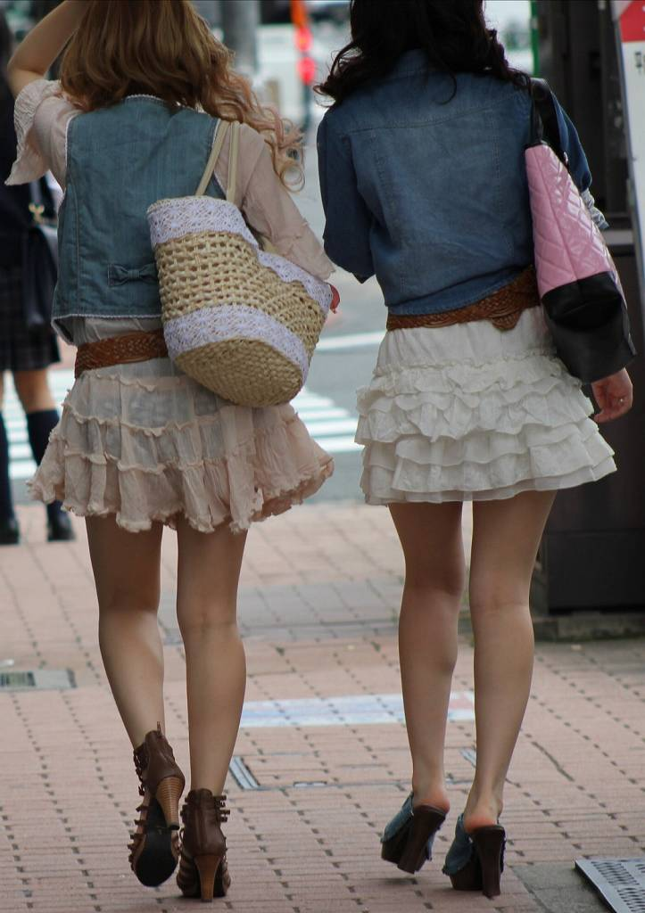 お尻からパンツが透けてる女の子 (3)