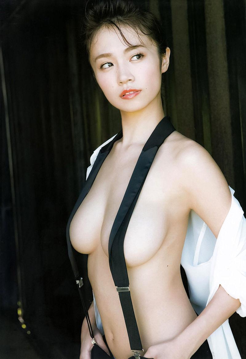 サスペンダーやオーバーオールのベルトで乳首隠し (2)