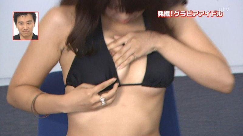 ハプニングで乳首がTVに映っちゃった (7)