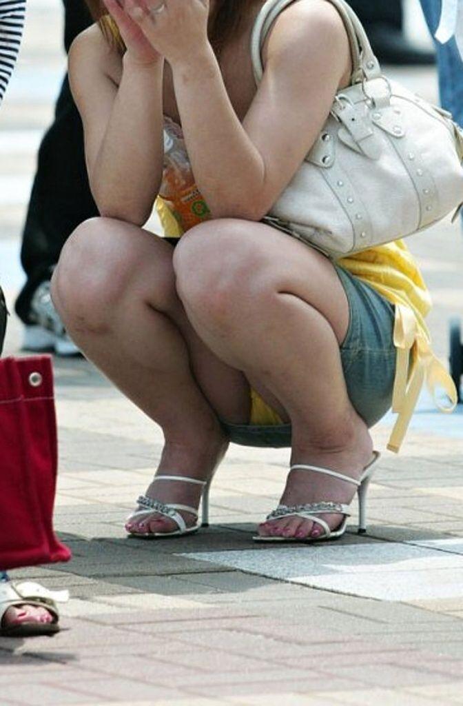 スカートを穿くとパンチラしちゃう無防備な素人さん (3)