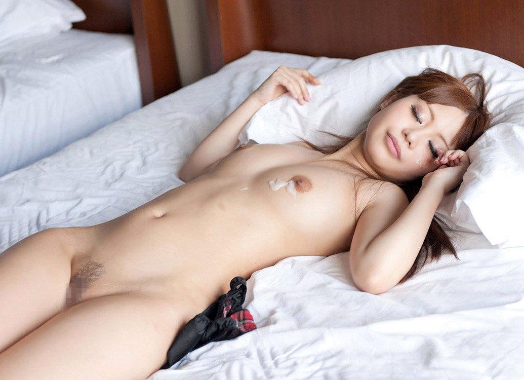 激しいSEXの後ぐったり横たわっている女の子 (17)