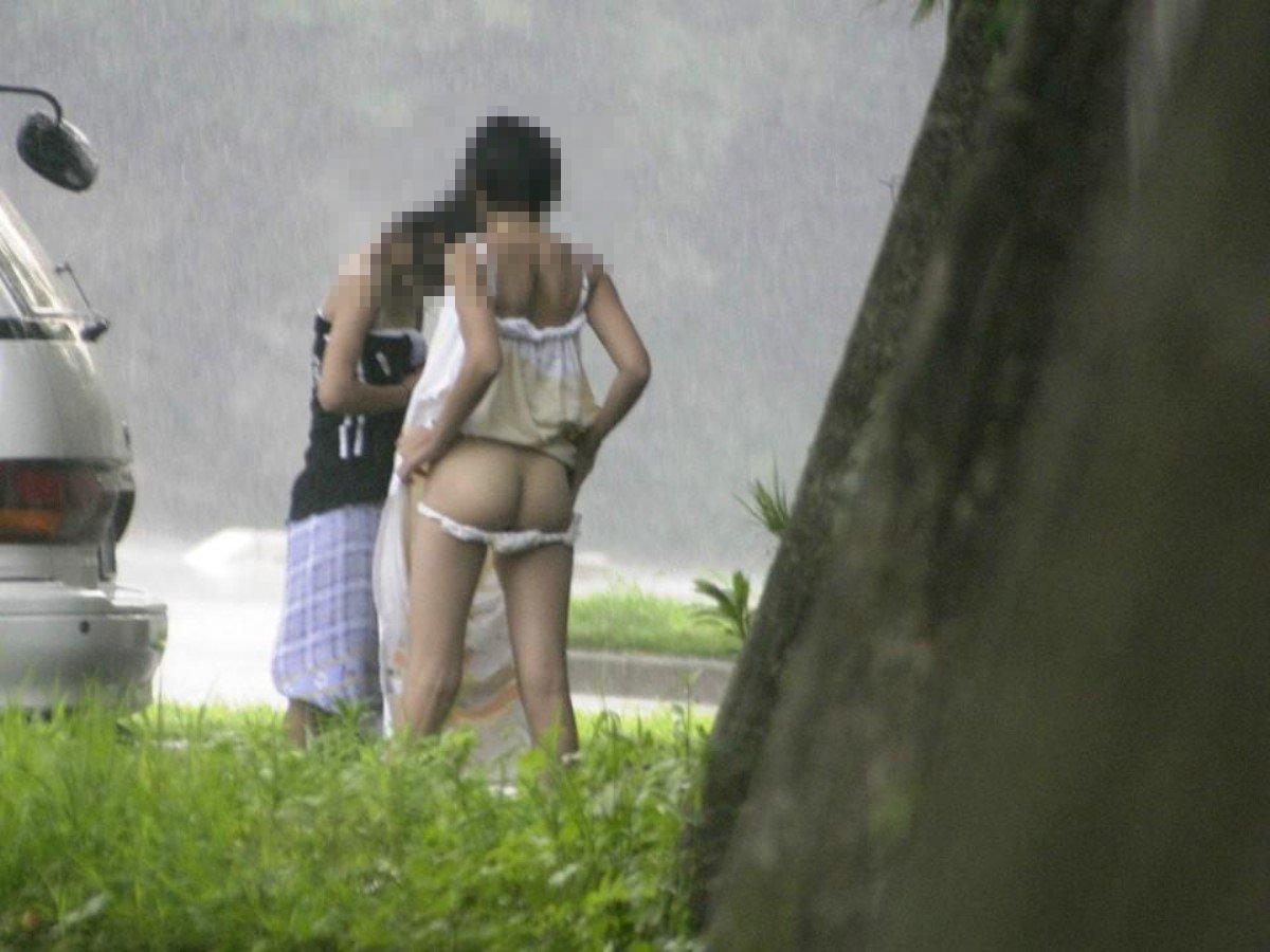 野外で脱衣中の裸の姿を見られちゃった (15)