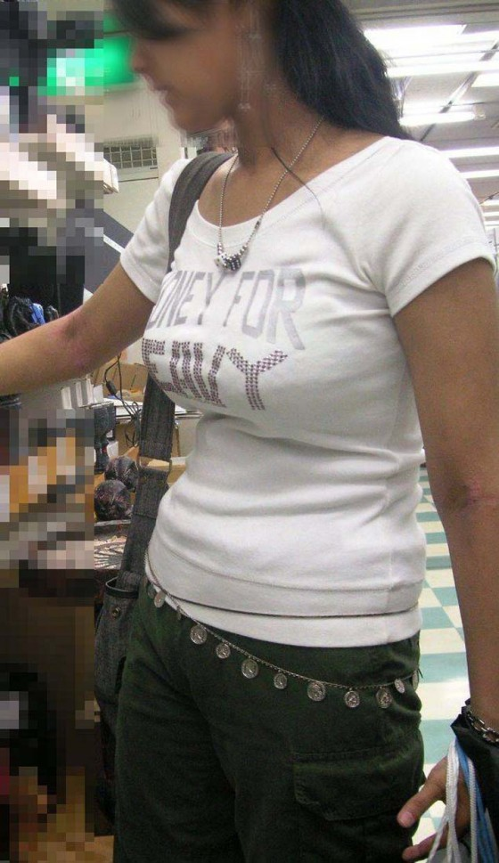 着衣でもハッキリと分かる巨乳 (4)
