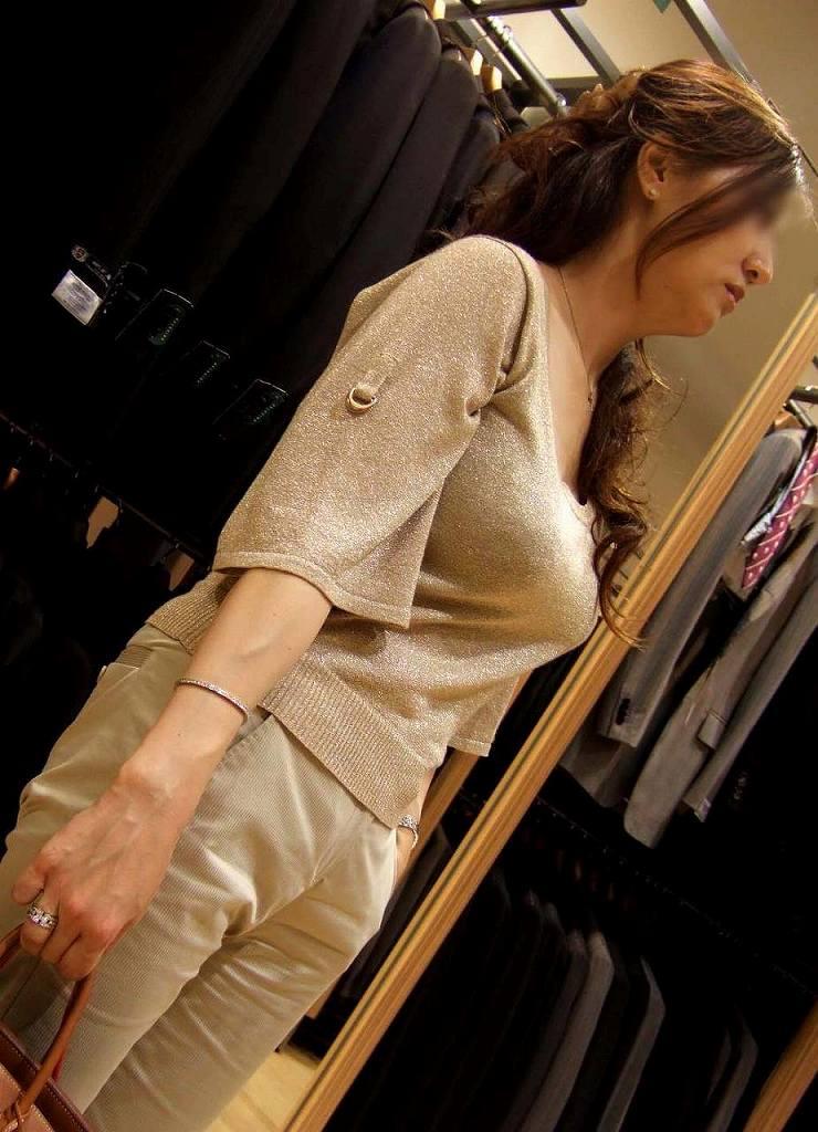 着衣でもハッキリと分かる巨乳 (20)