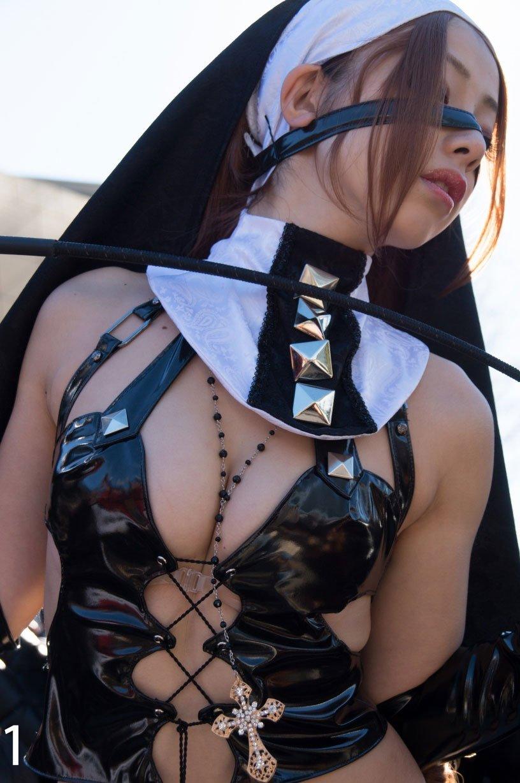 コスチュームから乳房がハミ出しているコスプレイヤー (6)