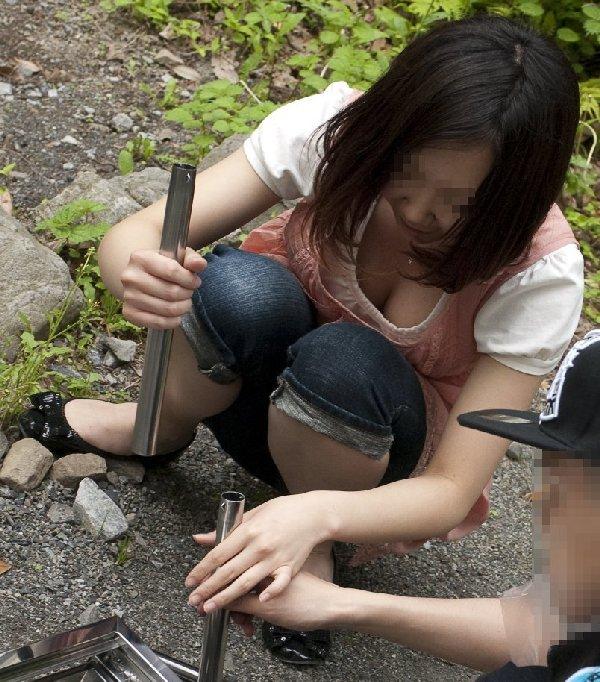 胸元からオッパイの谷間がチラチラ (18)