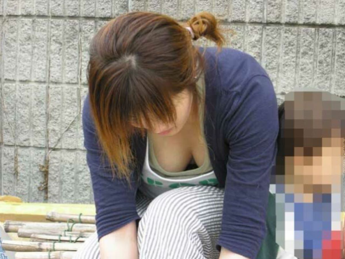 授乳期で巨乳化した人妻の胸チラ (13)