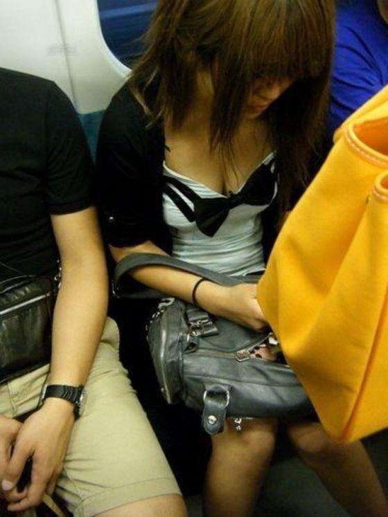 おっぱいの谷間が見えちゃってる電車内の素人さん (8)