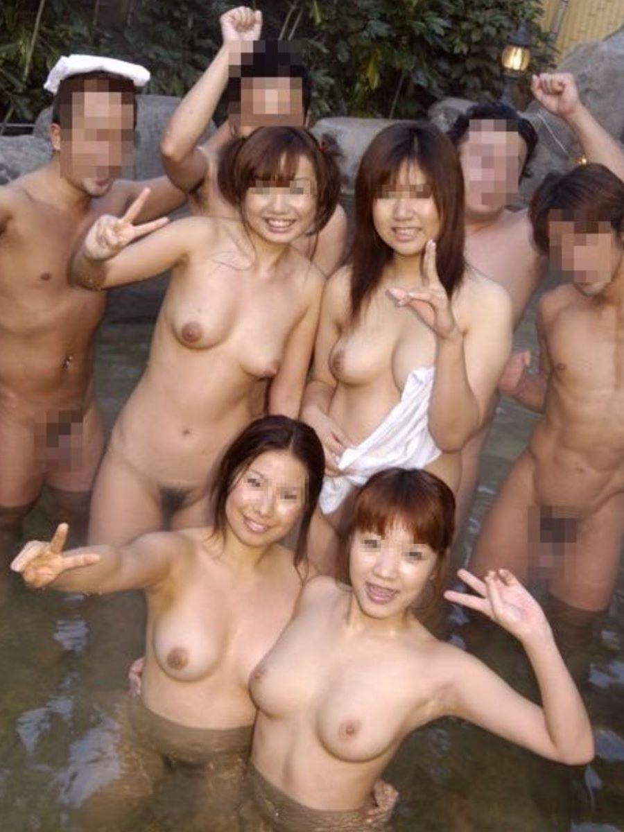 温泉で素っ裸のまま撮影されちゃった素人さん (3)