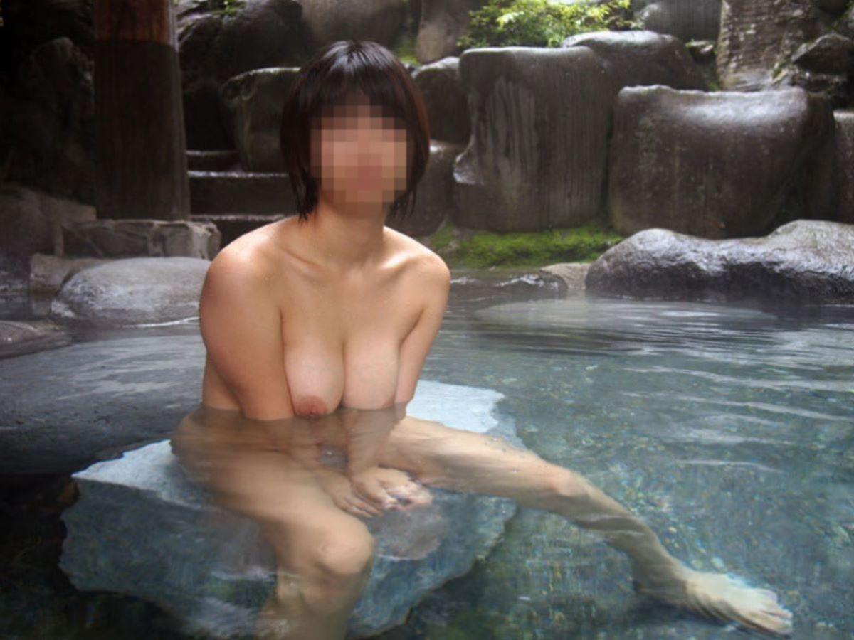温泉で素っ裸のまま撮影されちゃった素人さん (5)