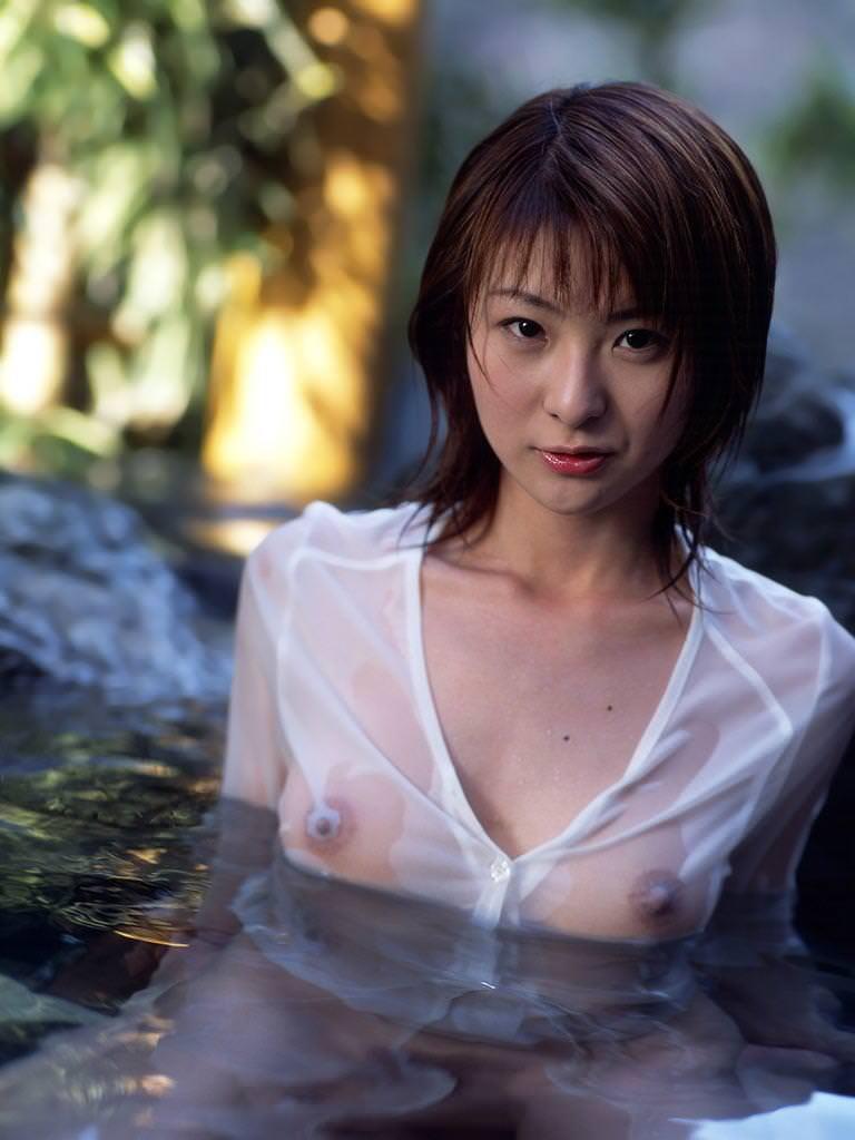 乳首や乳輪が透けちゃってる女の子 (2)