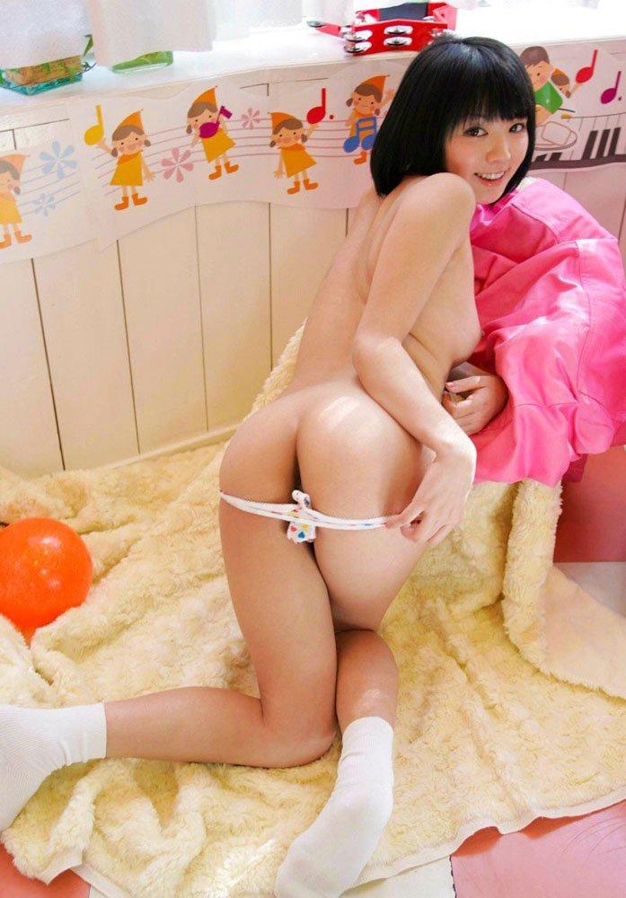 綺麗な美尻を突き出して見せつける女の子 (14)
