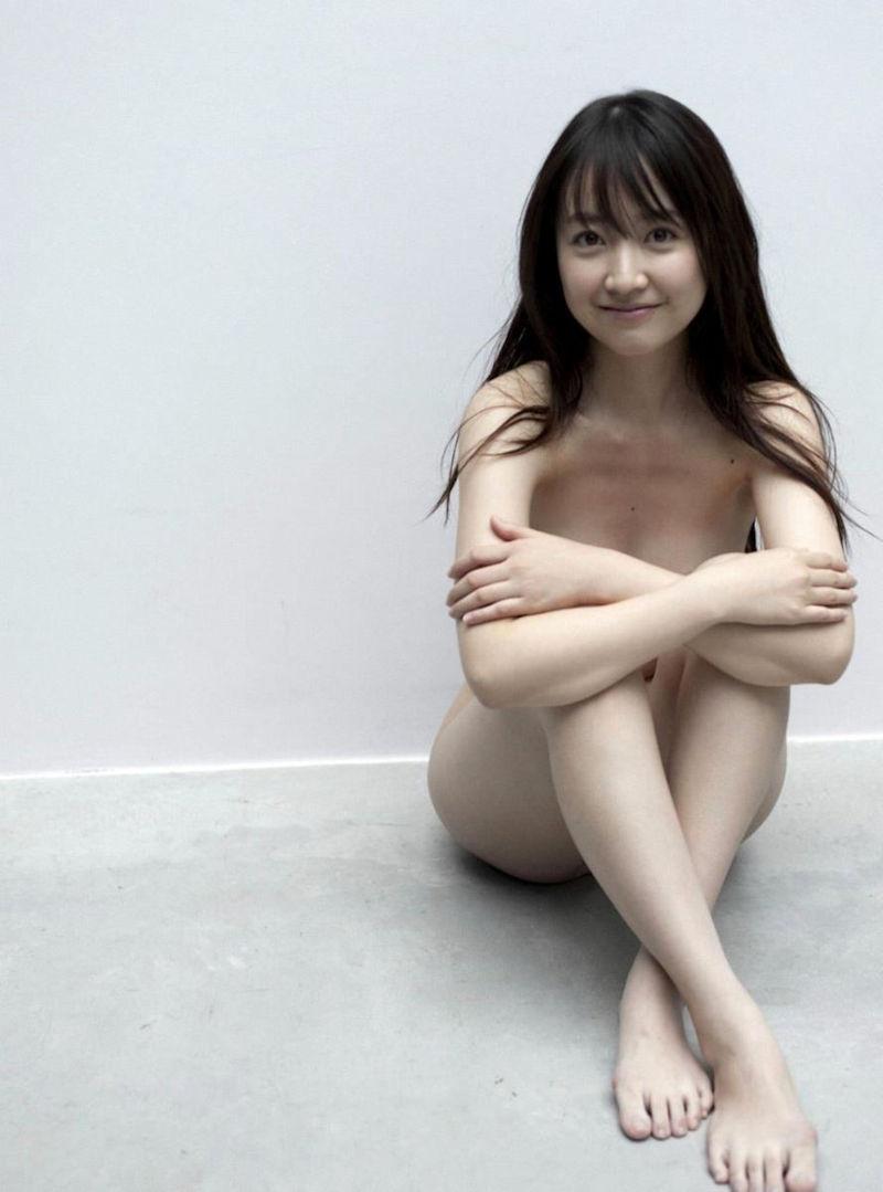 ヌードのまま体育座りするエッチなポーズ (8)